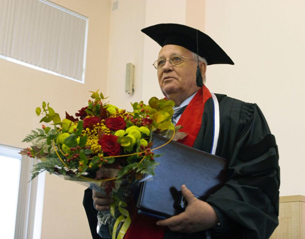 戈爾巴喬夫被授予聖彼得堡國立醫科大學榮譽教授。
