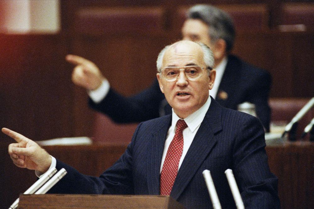 戈爾巴喬夫在蘇聯最高委員會會議做工作報告。