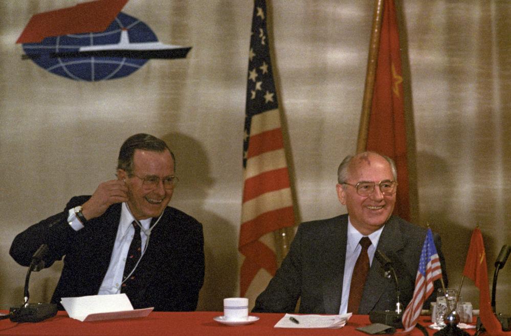 1989年,蘇共中央總書記戈爾巴喬夫與美國總統布什在馬耳他舉行非官方會晤。