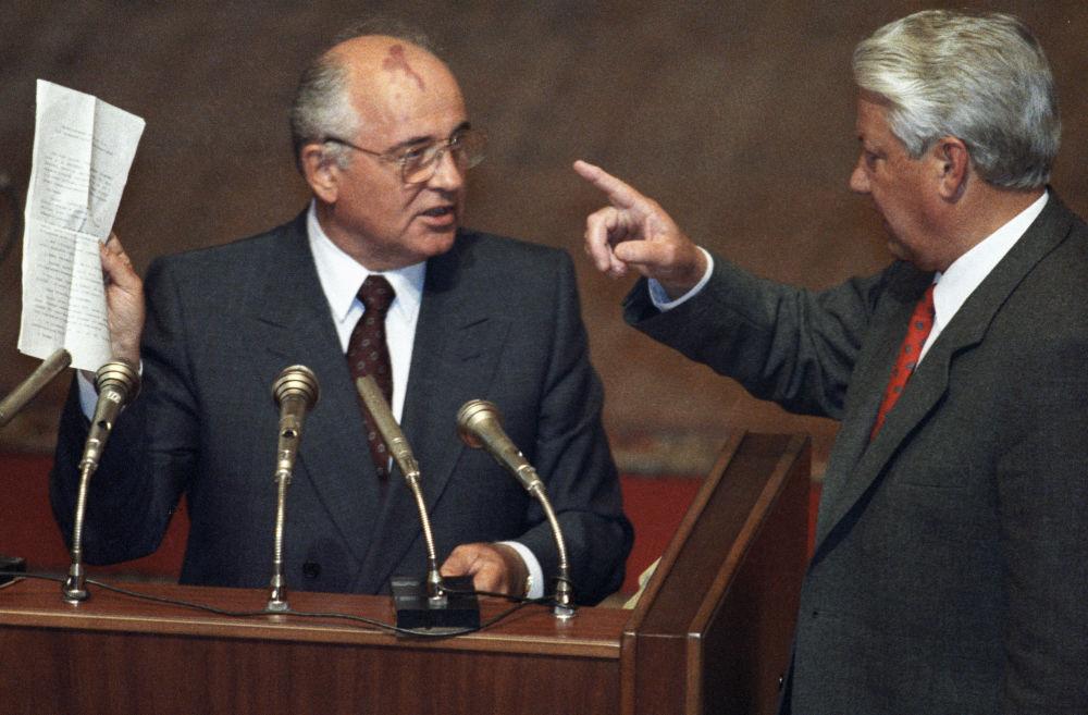 戈爾巴喬夫與葉利欽在俄羅斯蘇維埃聯邦最高委員會會議上。