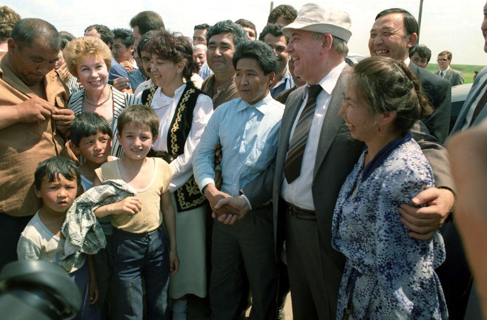 1991年,戈爾巴喬夫視察哈薩克斯坦。