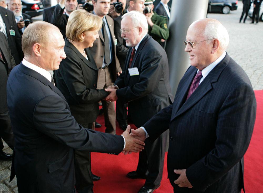 普京、戈爾巴喬夫、默克爾、洛塔爾 德梅齊艾在德雷斯登出席「聖彼得堡論壇」活動。