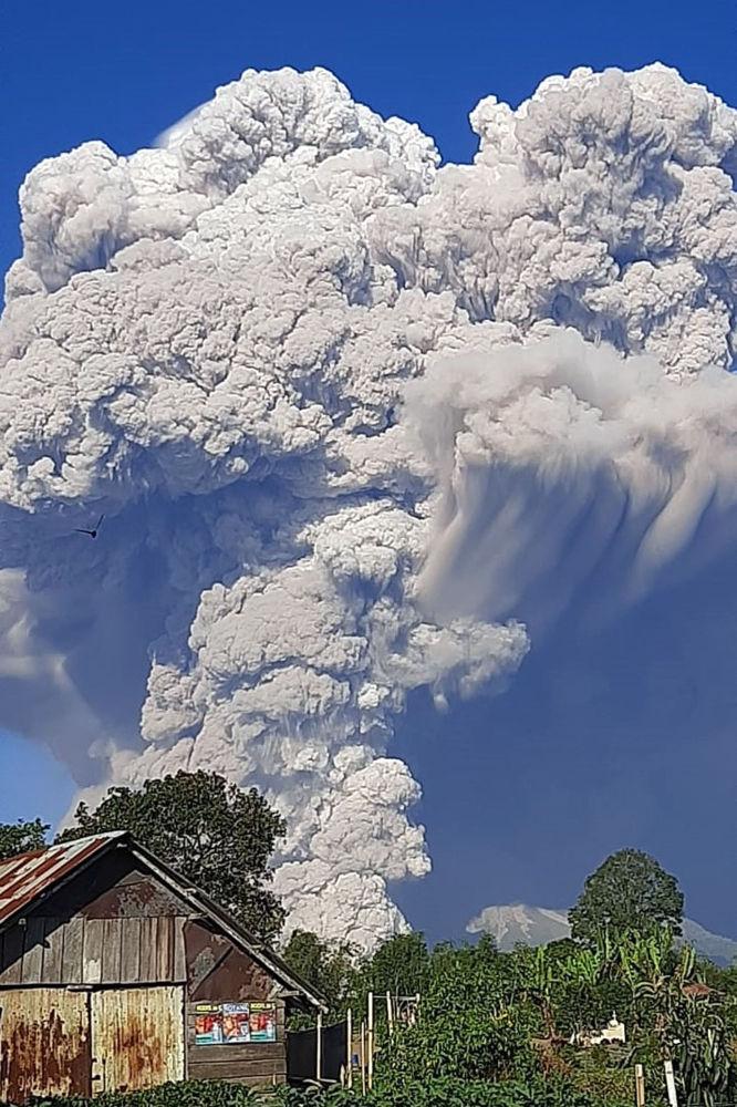 印度尼西亞錫納朋火山噴發現場。