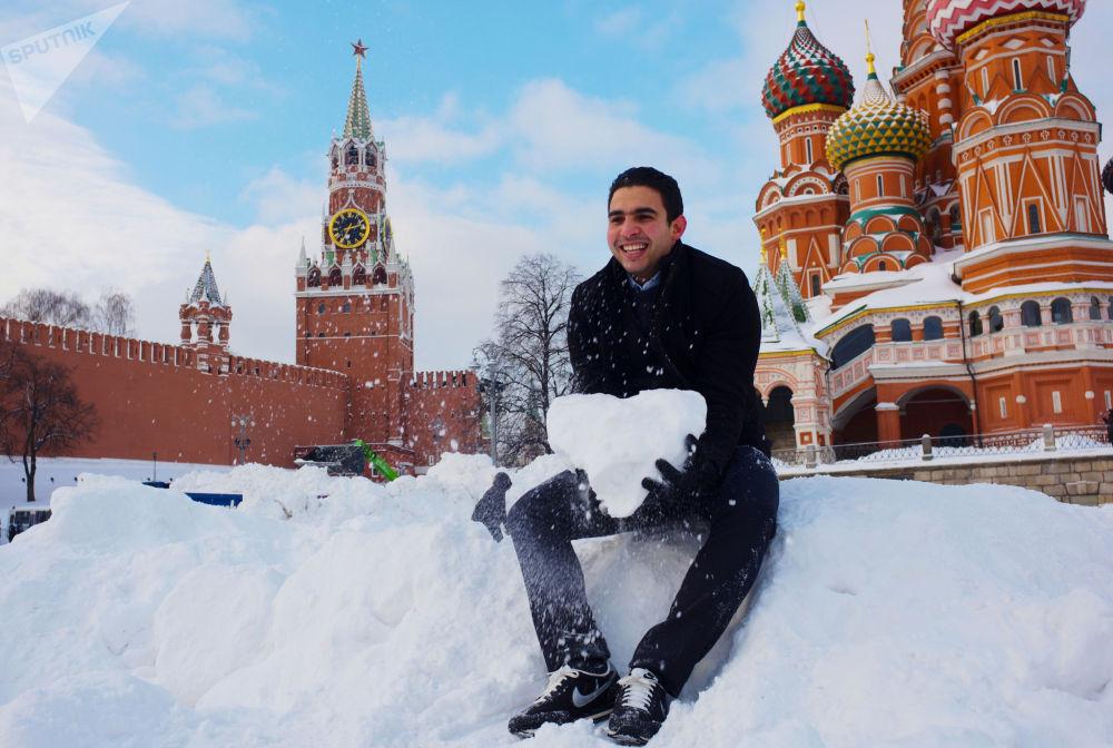 一名遊客在莫斯科聖瓦西里大教堂外享受假期。