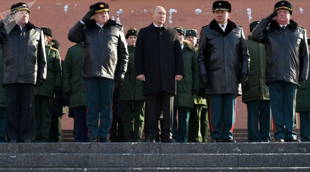 俄羅斯總統普京出席在莫斯科無名烈士墓前舉行的獻花儀式。