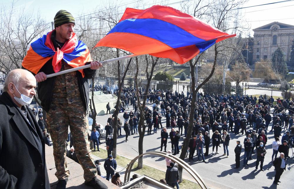 反對派在埃里溫市舉行遊行集會。
