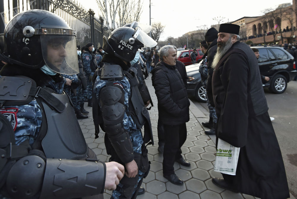 埃里溫市警員在國家會議大樓前設置警戒線。
