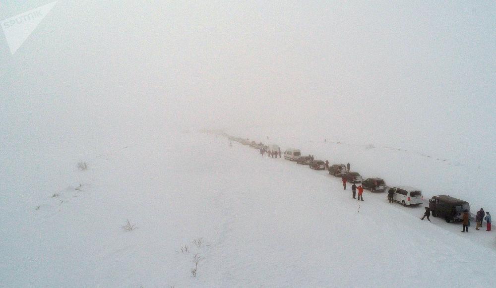 特里別爾卡鎮公路遇暴雪封閉。