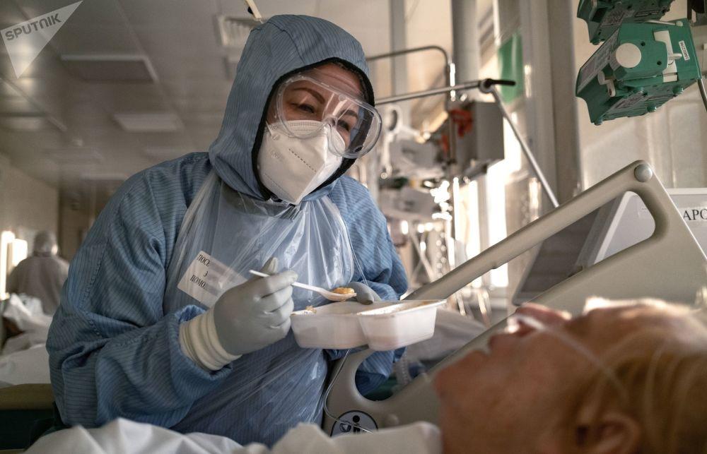 莫斯科醫院護士照料剛剛脫離生命危險的患者。