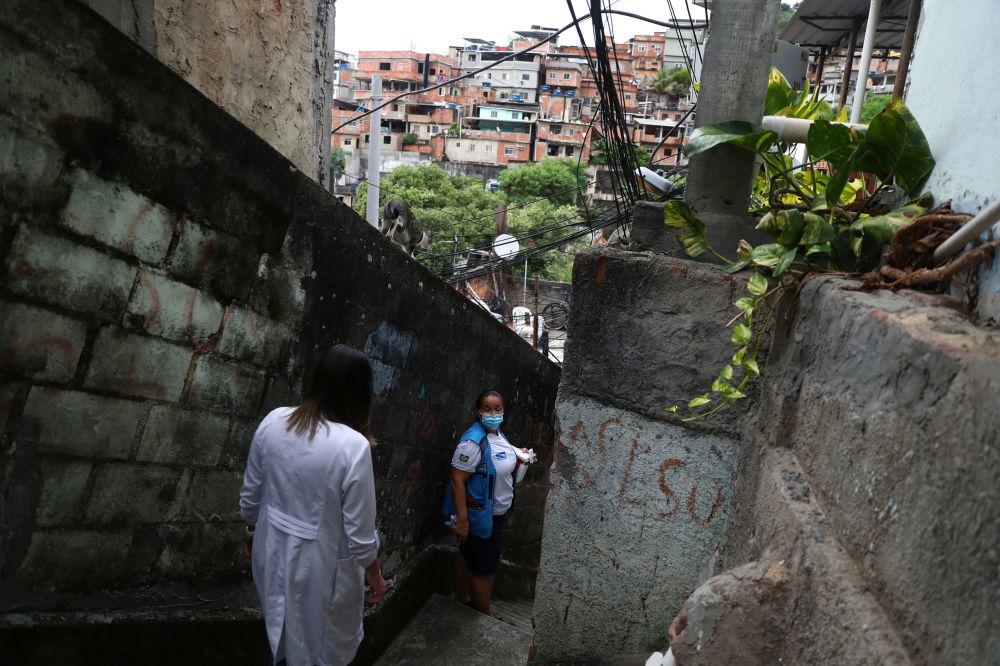 巴西里約熱內盧市女護士為居民接種疫苗。