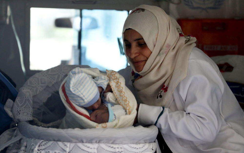 也門女護士在薩那機場迎接連體嬰兒。