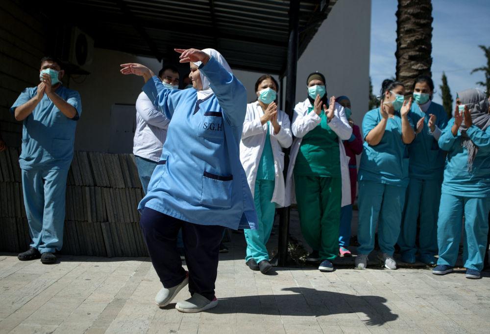 黎巴嫩女護士們為老齡患者表演集體舞。