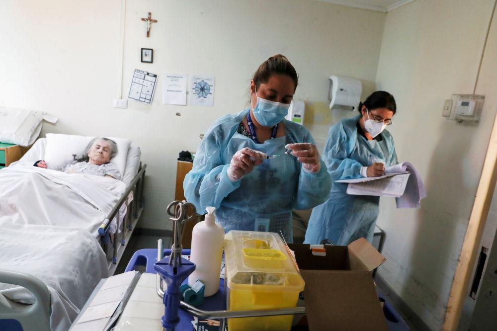 聖地亞哥市女護士為養老院老人接種新冠疫苗。