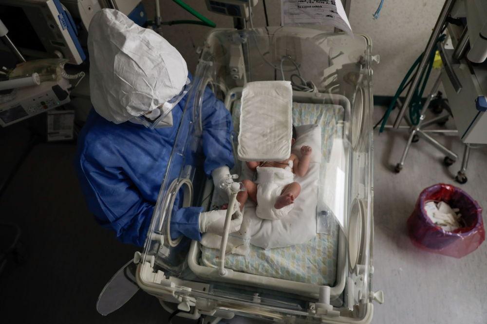 墨西哥托盧卡市婦產醫院陪護感染新冠病毒的新生兒。