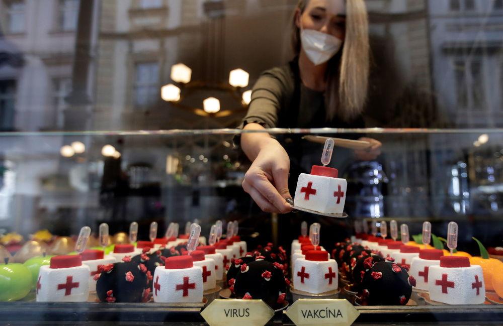 甜點師傅的創作靈感來自互聯網上新冠病毒的圖像。