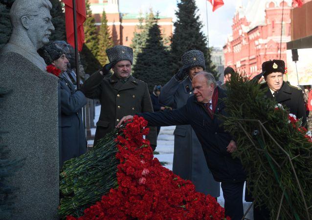 俄共向克里姆林宮牆旁邊的斯大林墓獻花圈