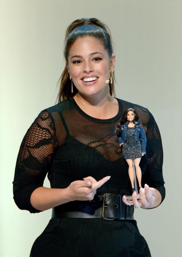 美國大碼超模阿什利·格雷厄姆和以她形象製成的芭比娃娃。
