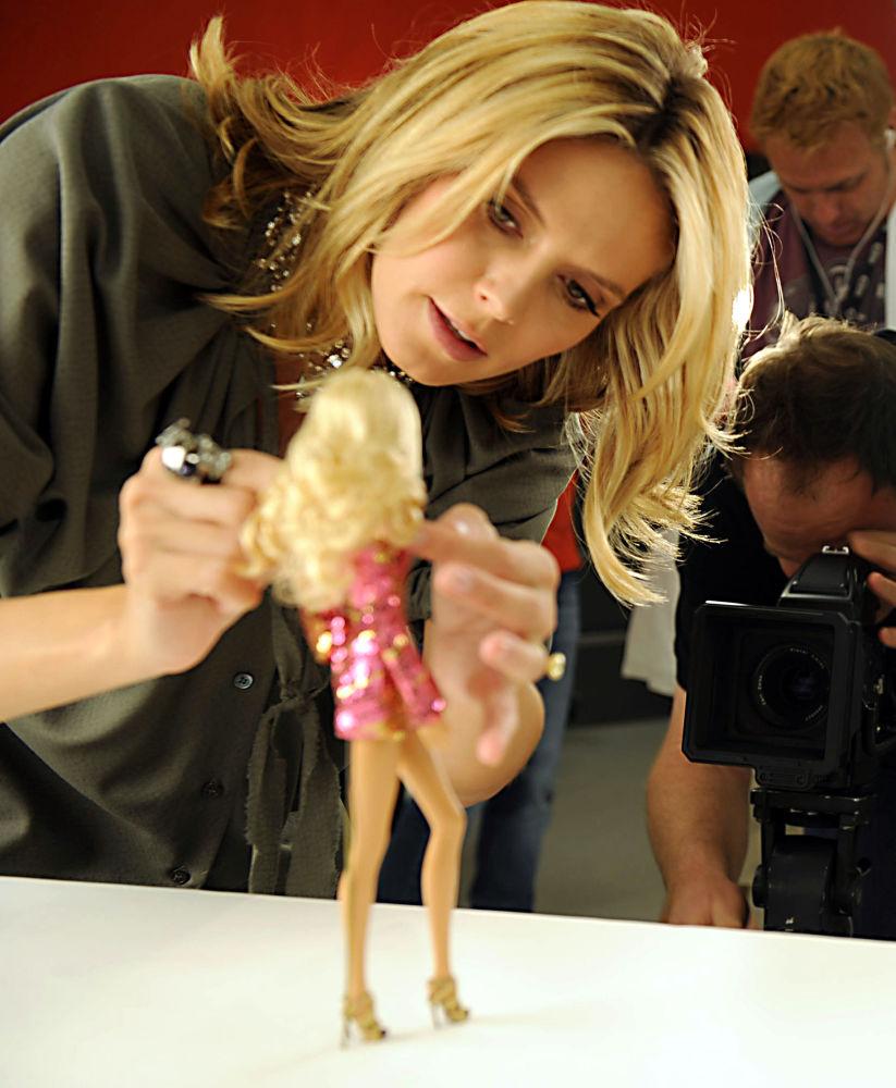 德國超模海蒂·克魯姆和以她形象製成的芭比娃娃。