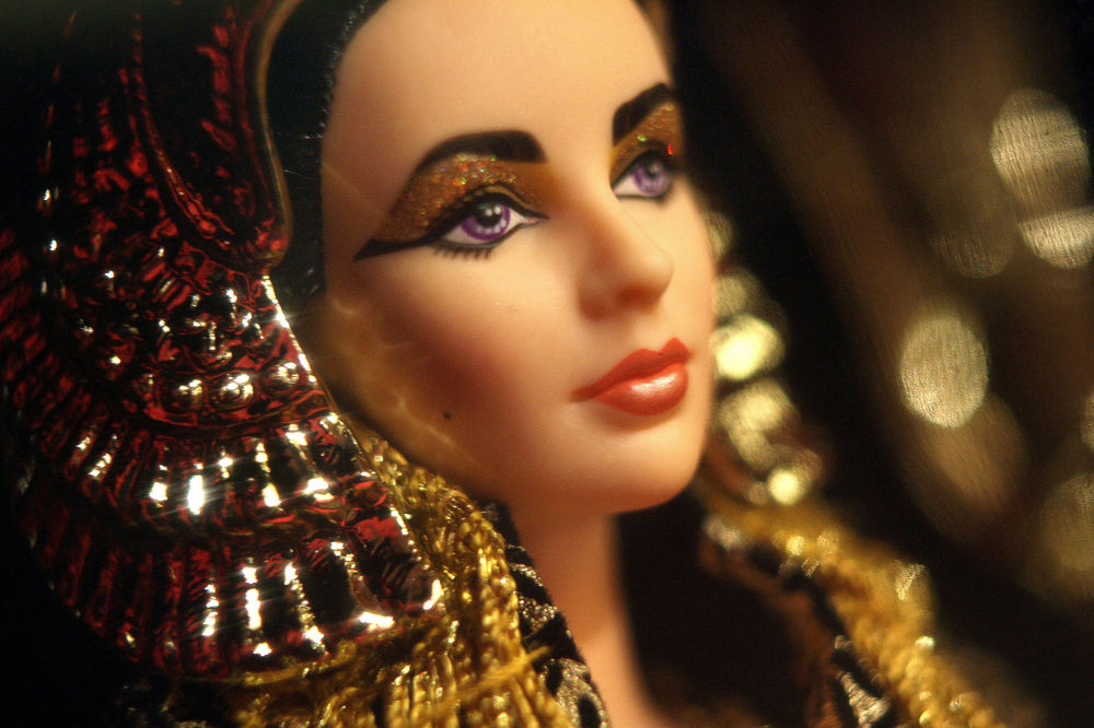 伊麗莎白·泰勒飾演的埃及艷後造型的芭比娃娃。