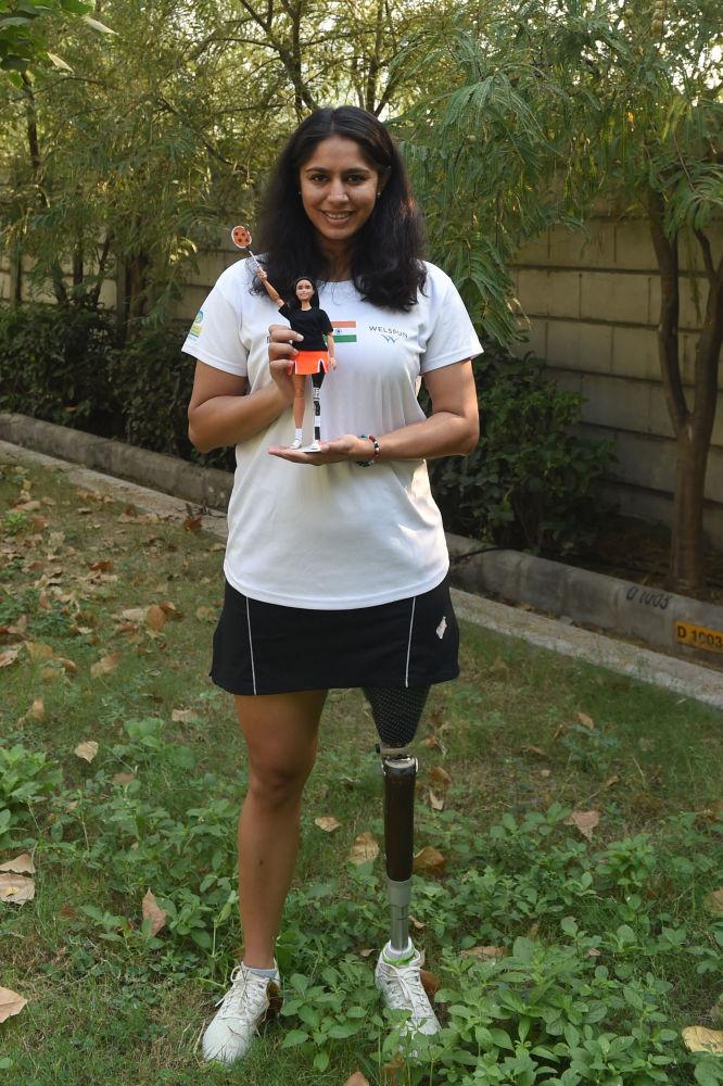 印度運動員瑪納西·喬希手持一個按照自己形象製作的芭比娃娃。