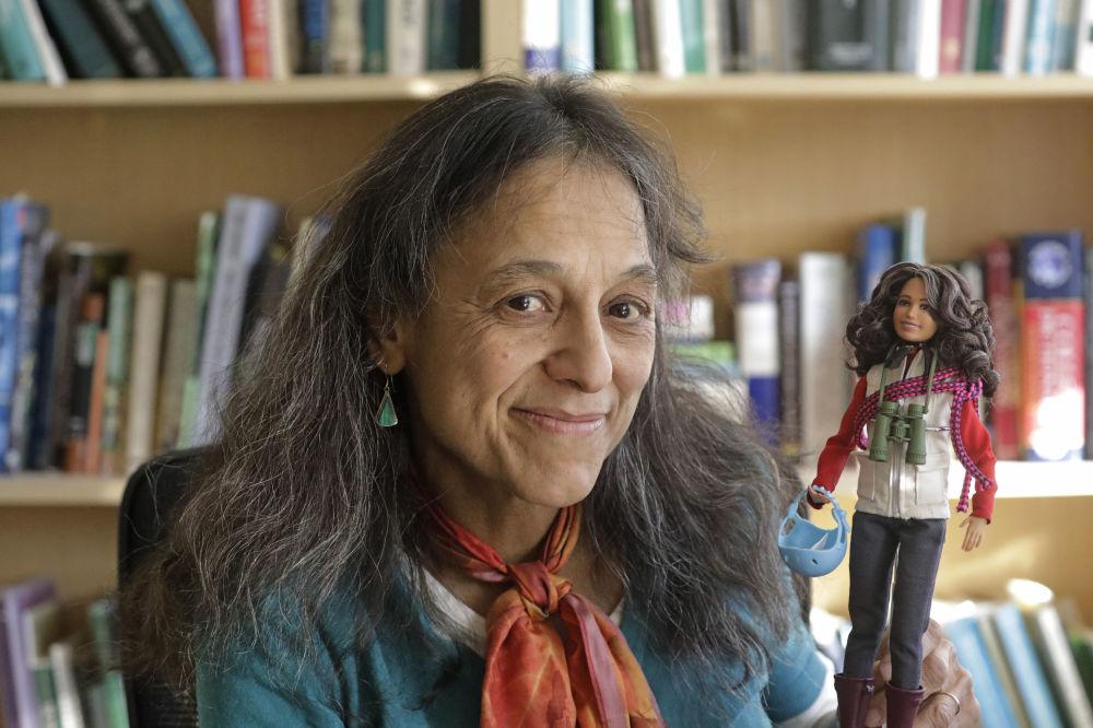 生態學家納利尼·納德卡尼在鹽湖城猶他州立大學的實驗室里,懷抱著以她的形象製作的芭比娃娃。