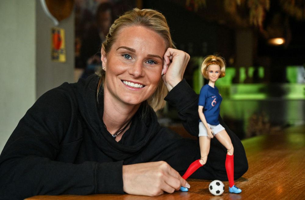 法國足球明星阿曼丁·亨利和以她形象製成的芭比娃娃。