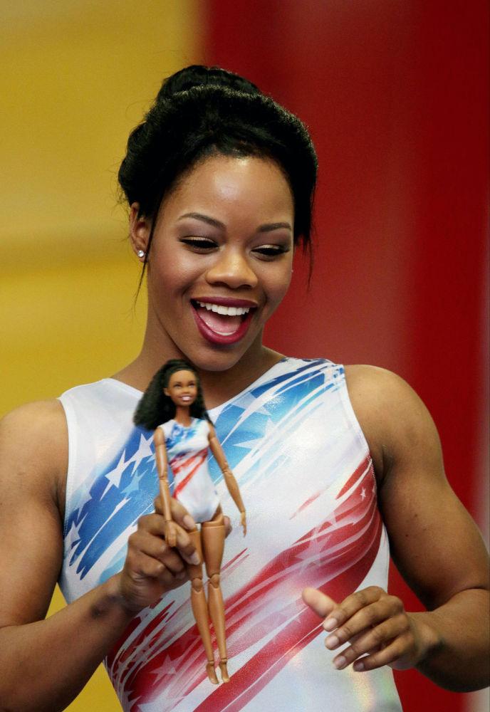 美國體操女將加比·道格拉斯和以她形象製成的芭比娃娃。
