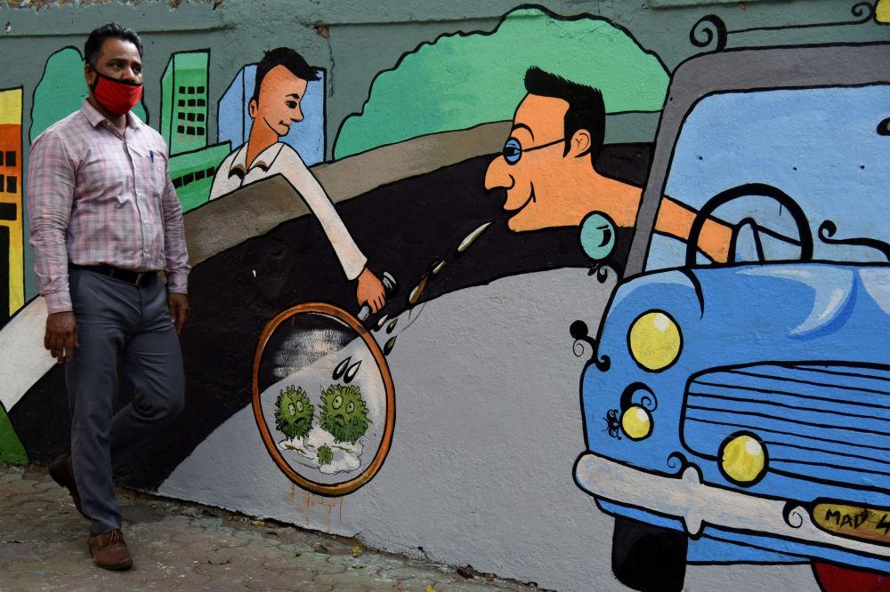 印度孟買,行人從以冠狀病毒為主題的塗鴉牆前走過。