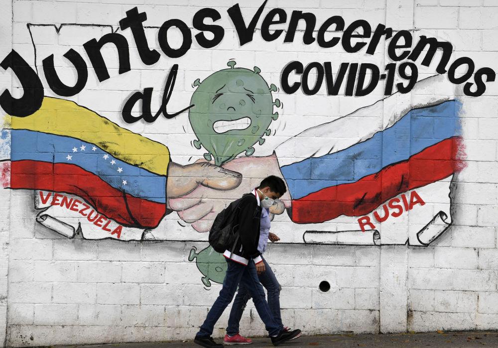 委內瑞拉加拉加斯,繪有委內瑞拉和俄羅斯的國旗、上面寫著「我們將攜手戰勝新型冠狀病毒」標語的塗鴉。