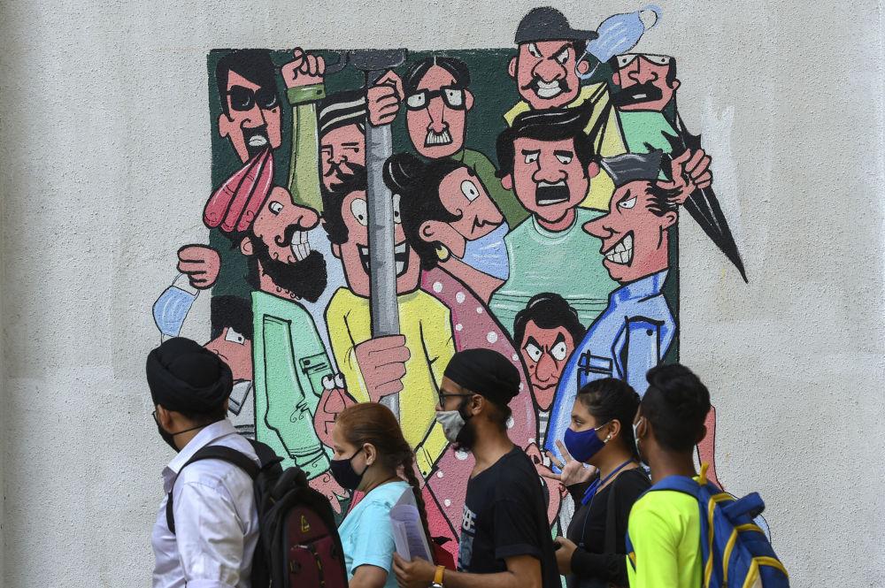 印度孟買,提醒人們保持社交距離的塗鴉。