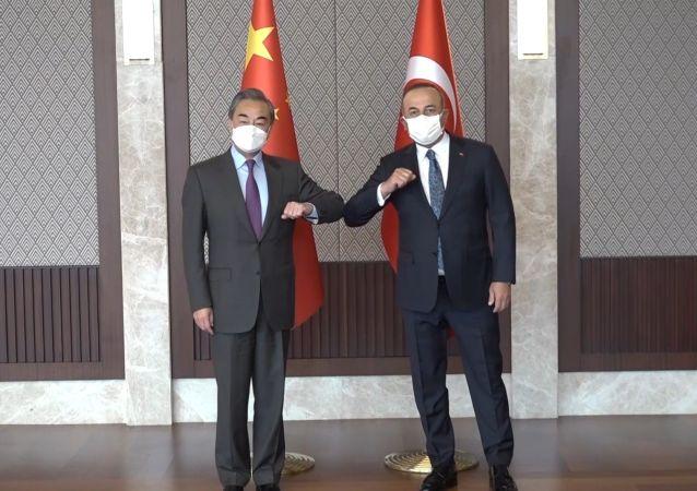 王毅會見土耳其外交部長梅夫盧特·恰武什奧盧