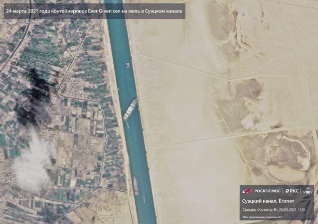 俄羅斯衛星拍攝在蘇伊士運河擱淺的集裝箱船