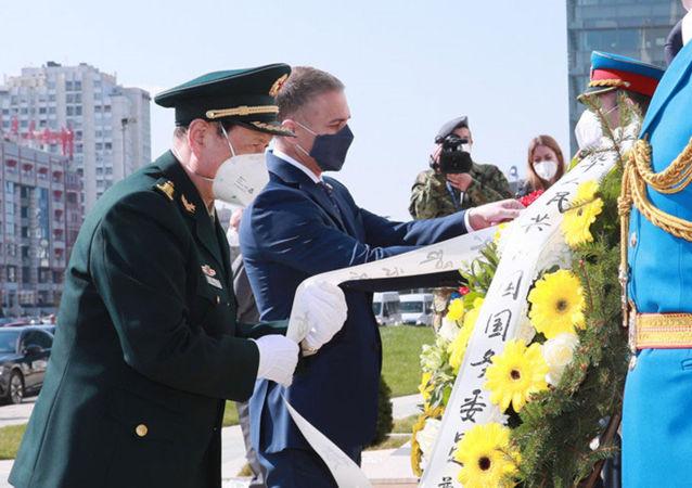 中國國務委員兼國防部長魏鳳和到中國駐南聯盟被炸使館舊址憑吊烈士,塞副總理兼國防部長斯特法諾維奇陪同憑吊