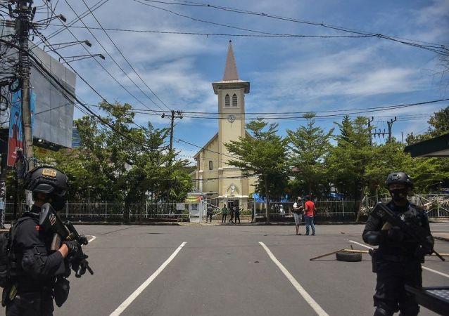 媒體:自殺式恐怖分子在印尼天主教教堂入口附近引爆炸彈