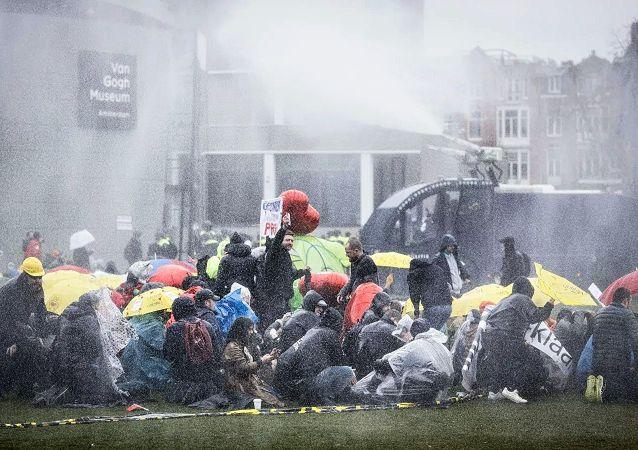 阿姆斯特丹警方用水炮驅散抗議者