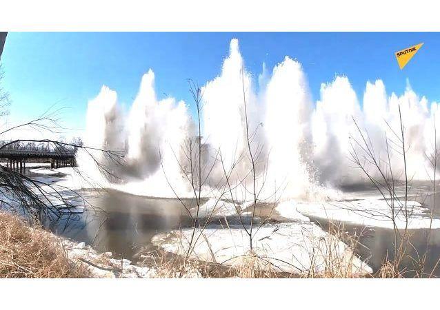 俄濱海邊疆區軍人用爆破方式除冰
