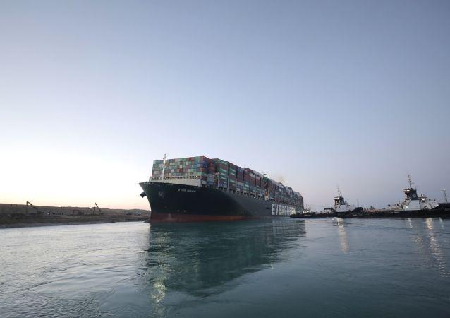 蘇伊士運河管理局局長被建議鋸掉擱淺貨輪的船首