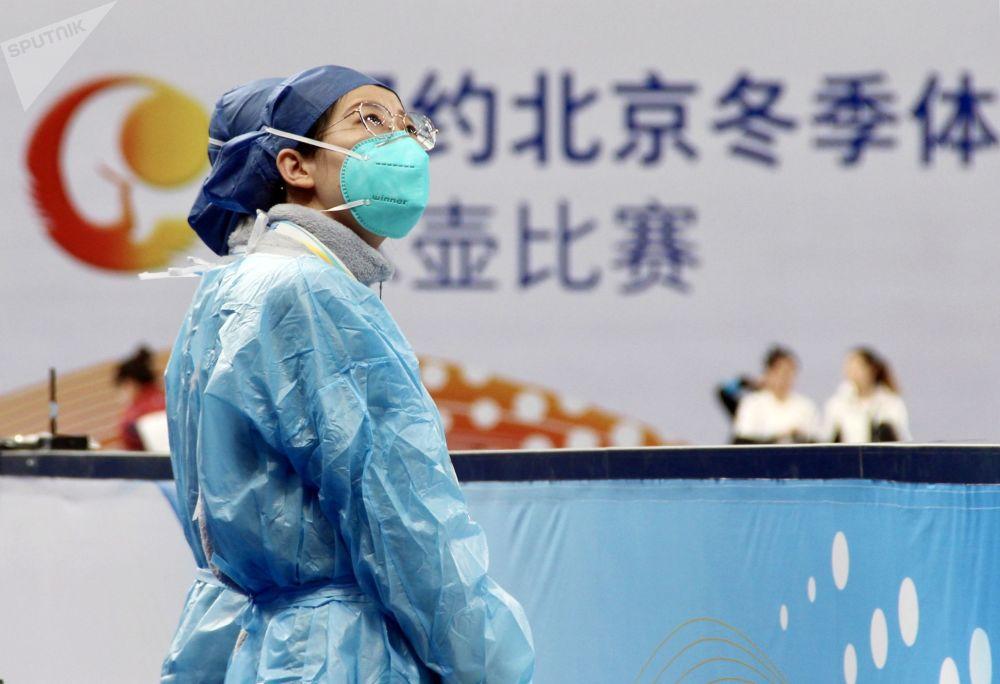 北京,冰壺測試賽現場身著防護服、戴著口罩的醫務人員。