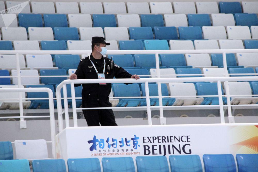 2022年北京冬奧會冰上項目測試賽現場的保安。
