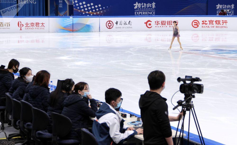2022年北京冬奧會冰上項目測試賽花樣滑冰比賽現場的評委們。