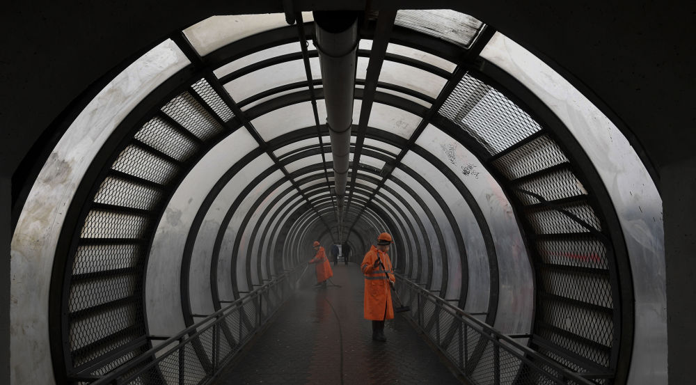 莫斯科,市政工人正在清洗玻璃人行通道