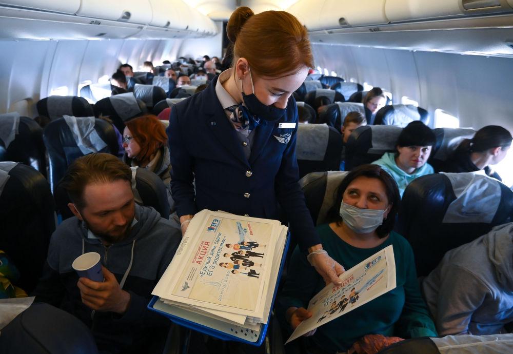 莫斯科至索契航班的機艙里,正在舉行「家長通過國家統一考試的一天」全俄行動