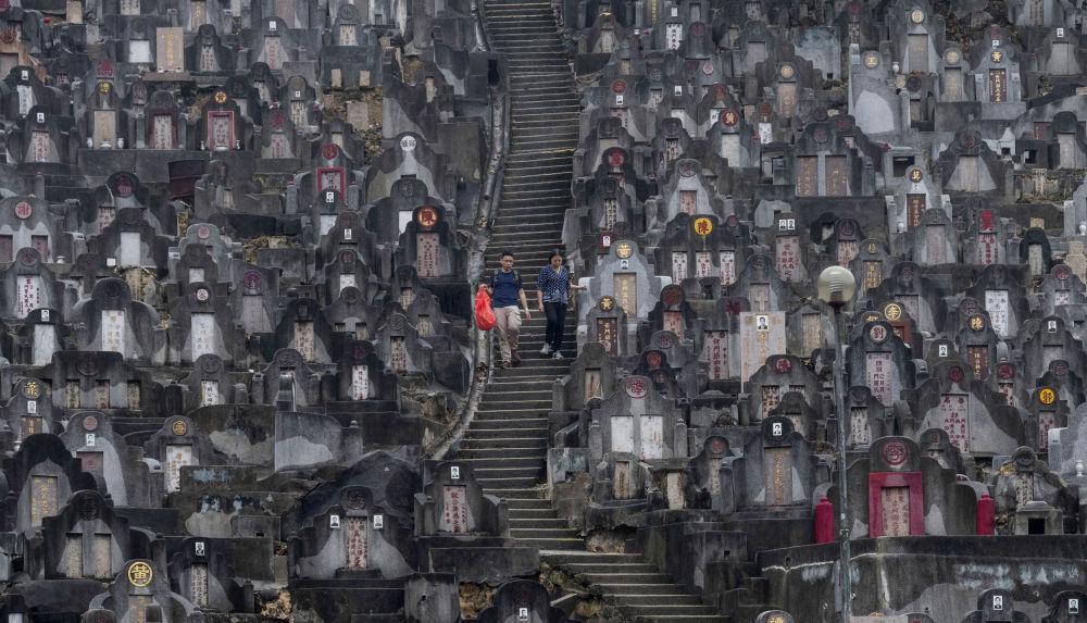 清明節,香港人去墓地掃墓