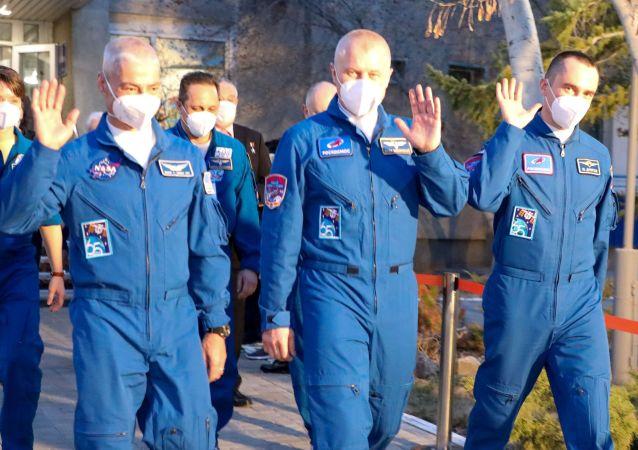 載有三名宇航員的俄「加加林」號飛船與國際空間站對接