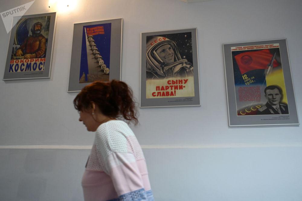女訪客在加加林市首飛太空博物館參觀。