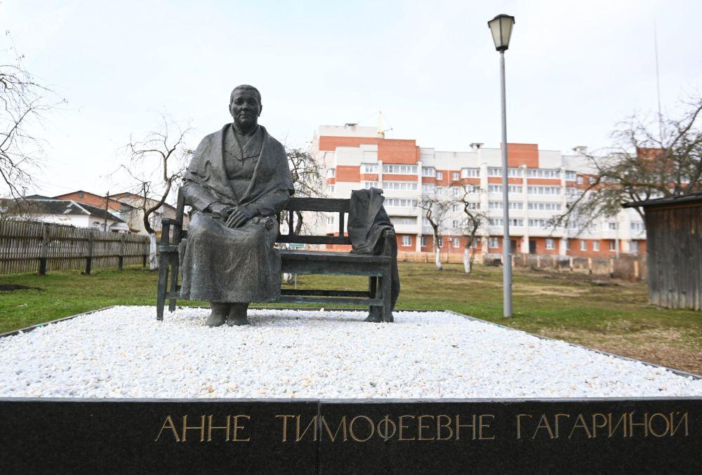 加加林市「安娜·季莫菲耶夫娜·加加林娜」紀念雕像。