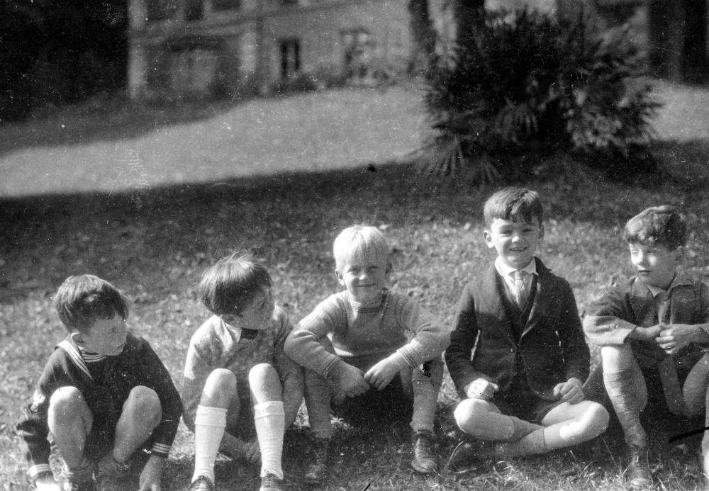 孩童時代的菲利普親王在巴黎聖克勞德郊區的留影。