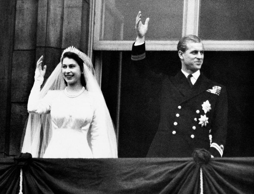 1947年,菲利普親王與伊麗莎白二世婚禮留影。
