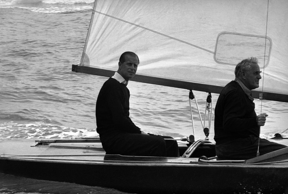 1963年,菲利普親王在駕游帆船留影。