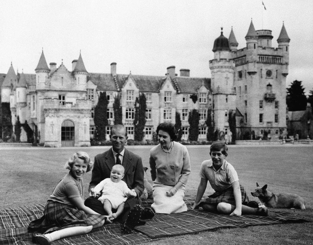 英國女王伊麗莎白二世與丈夫菲利普親王和三個孩子在巴爾默拉爾城堡留影。